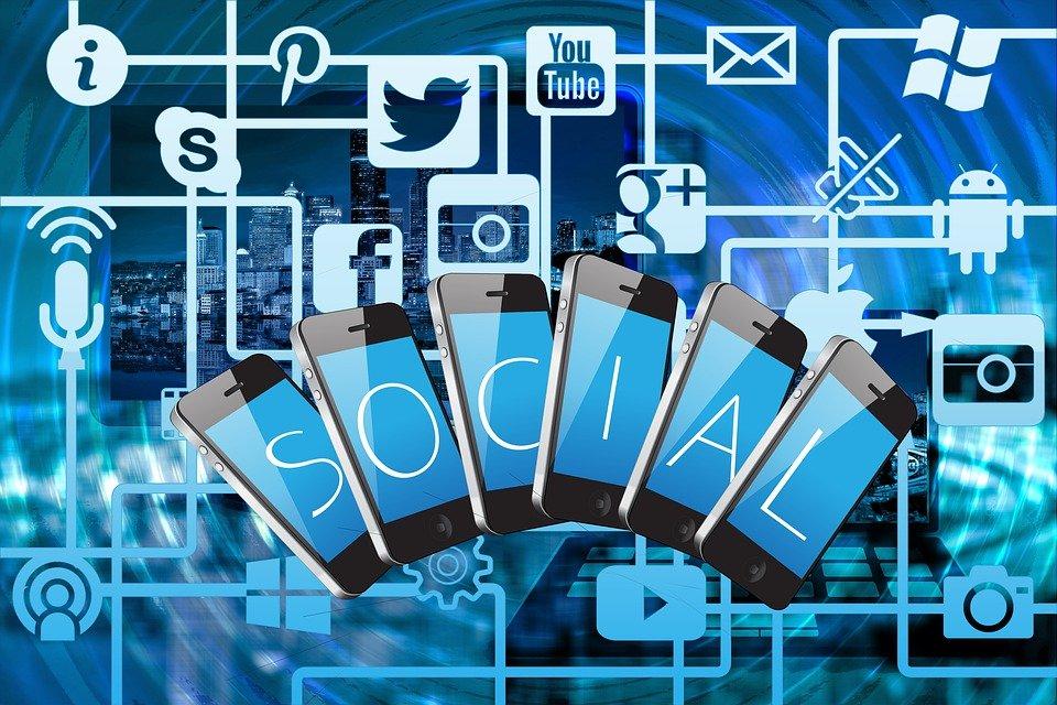 a través de las redes sociales