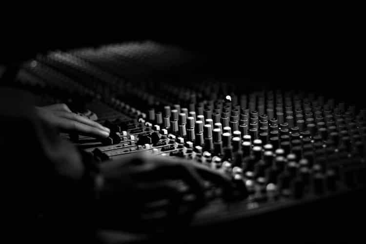 Ο Jay-Z ζητά από το YouTube να καταργήσει βίντεο με φωνητική σύνθεση